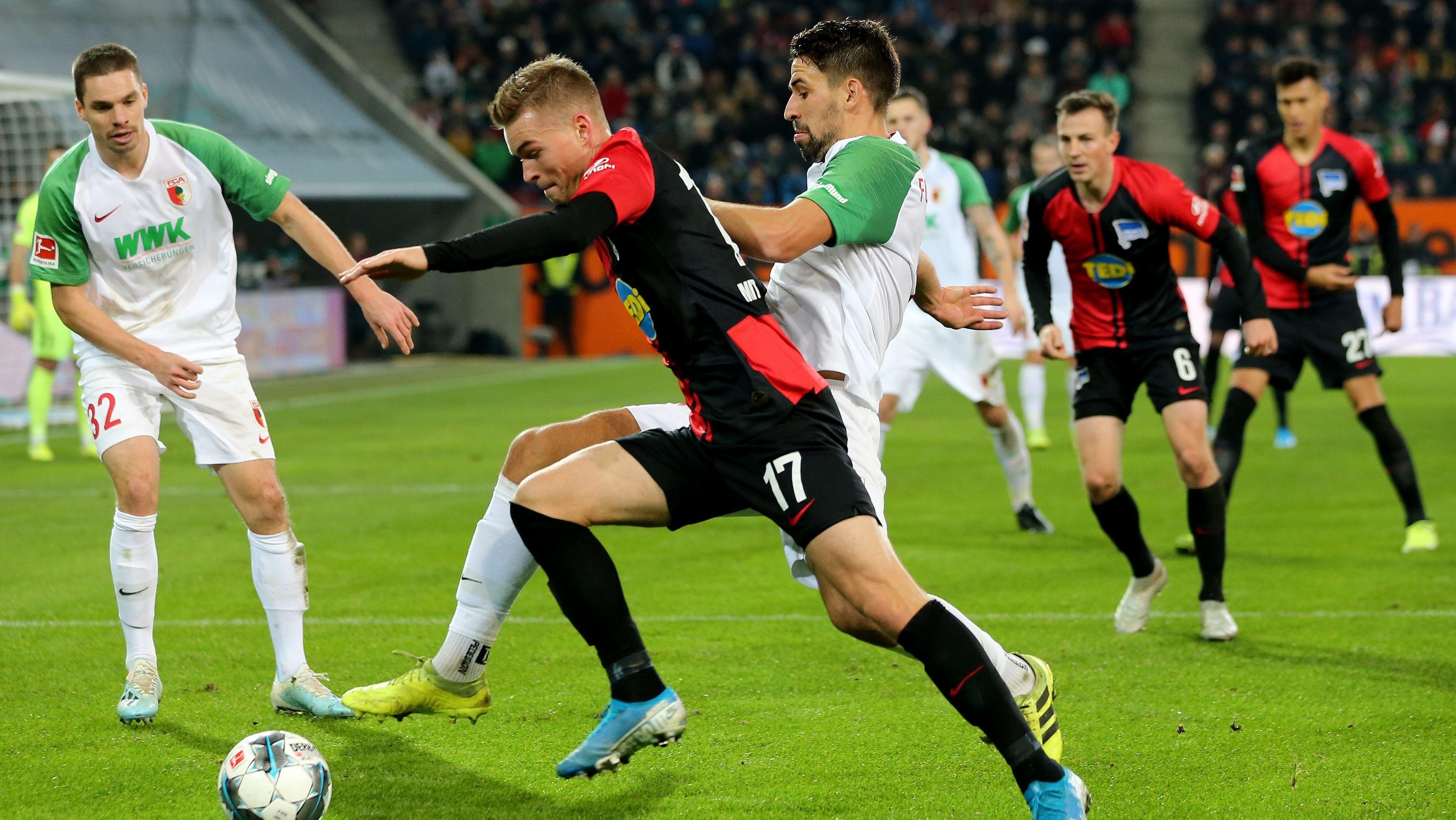 Szene aus dem Hinspiel FC Augsburg - Hertha BSC