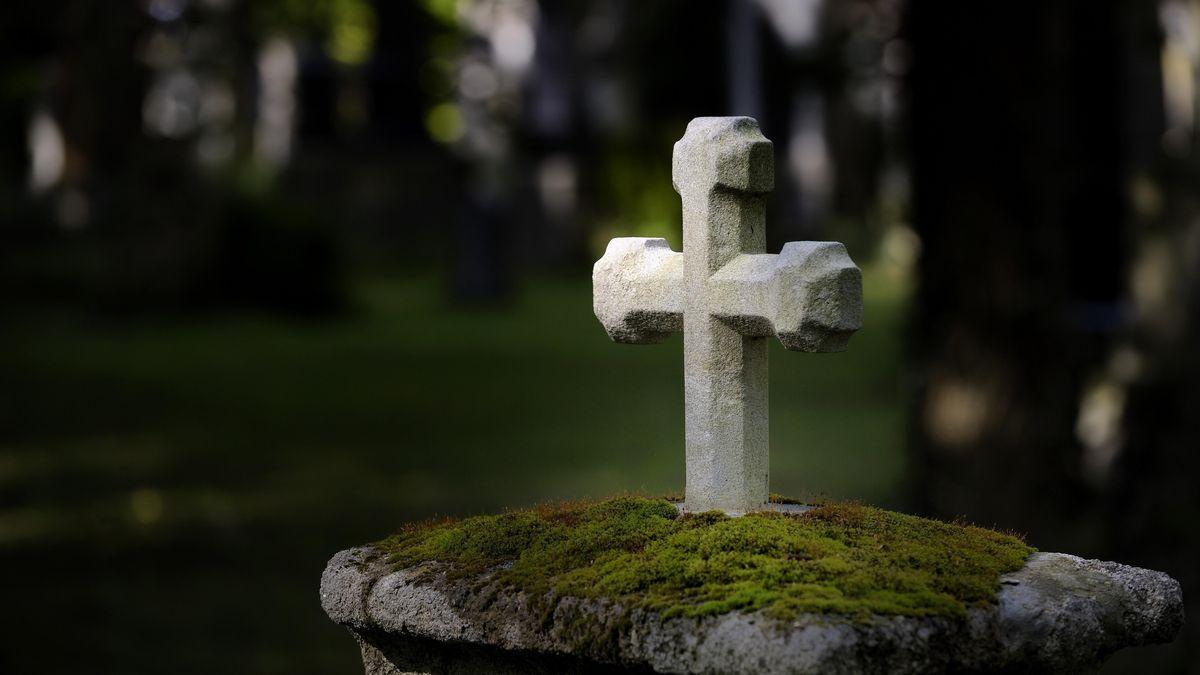 Ein Kreuz auf einem Friedhof