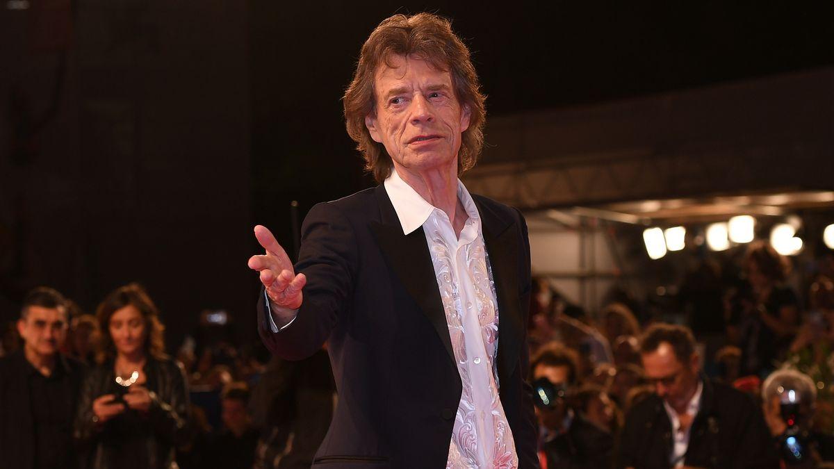 Der Rockstar im weißen Hemd und schwarzen Anzug