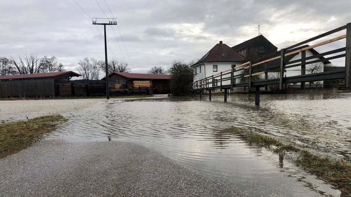 Leichtes Hochwasser an der Vils bei Aham im Kreis Landshut