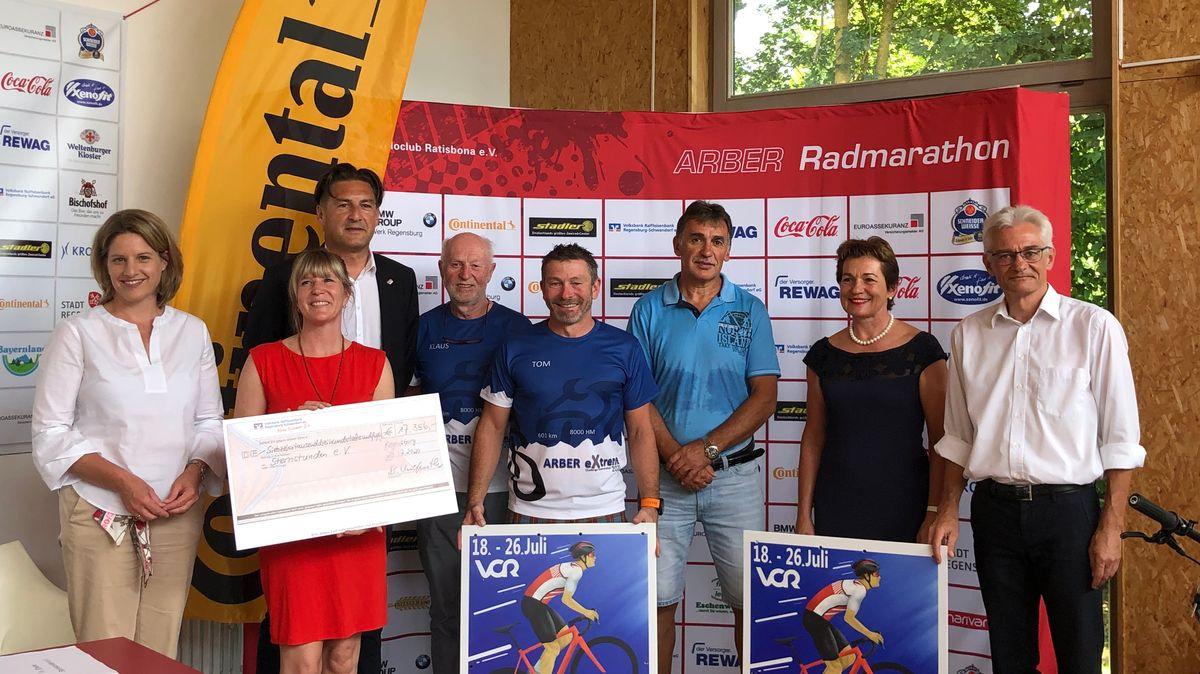 Scheckübergabe beim Arber Radmarathon. 17.356 Euro gehen zugunsten der Benefizaktion Sternstunden des Bayerischen Rundfunks.