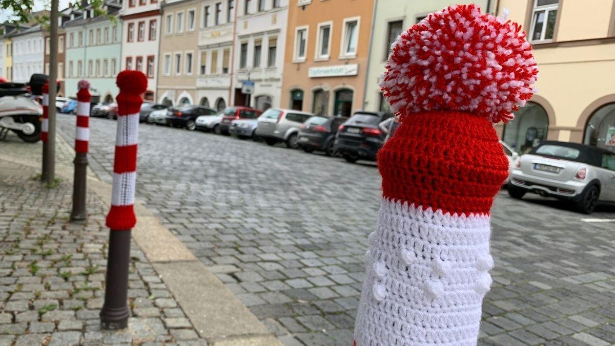 Hofer Straßenpoller tragen rote Mützen