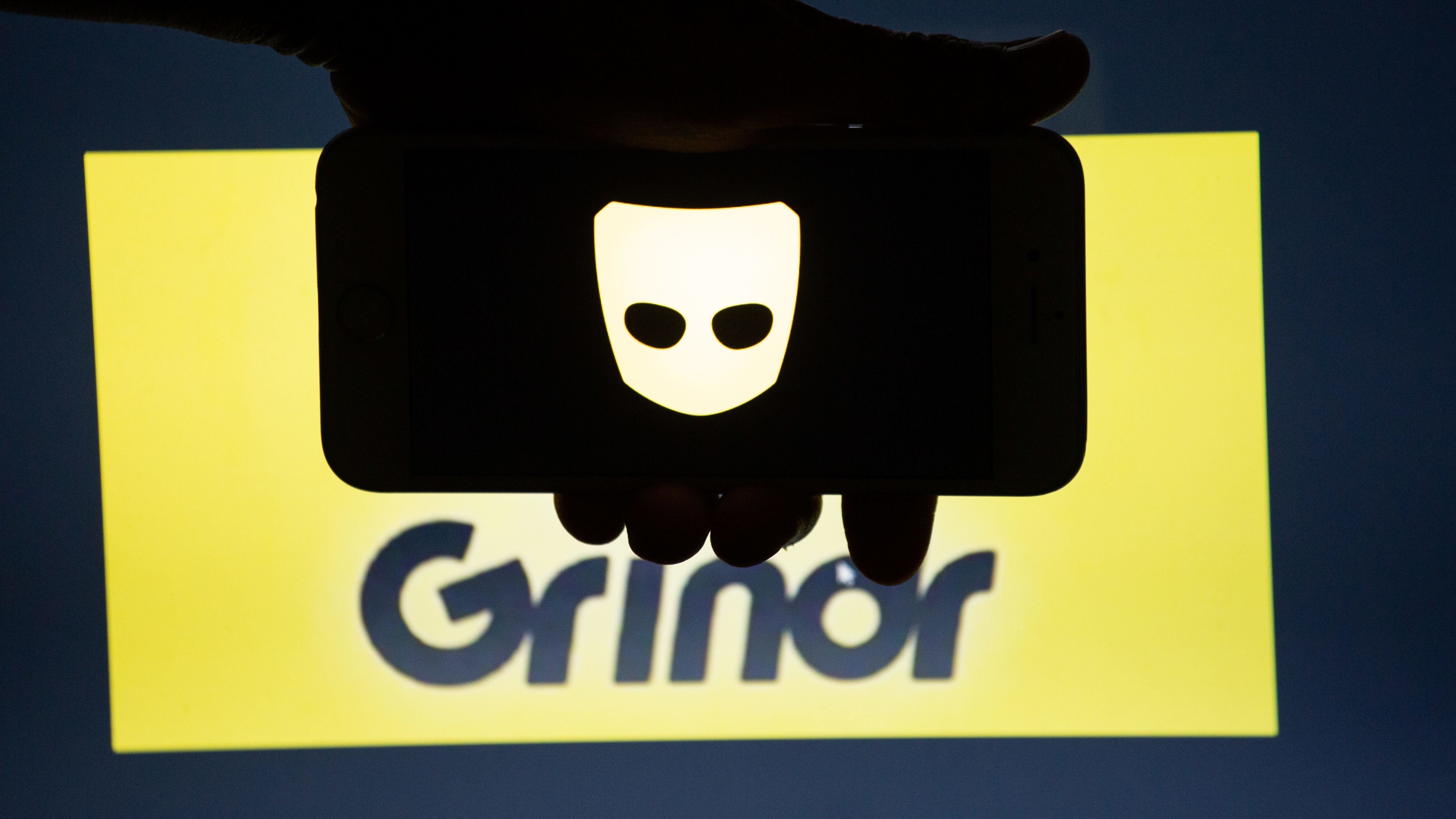 Smartphone mit Grindr-Logo.