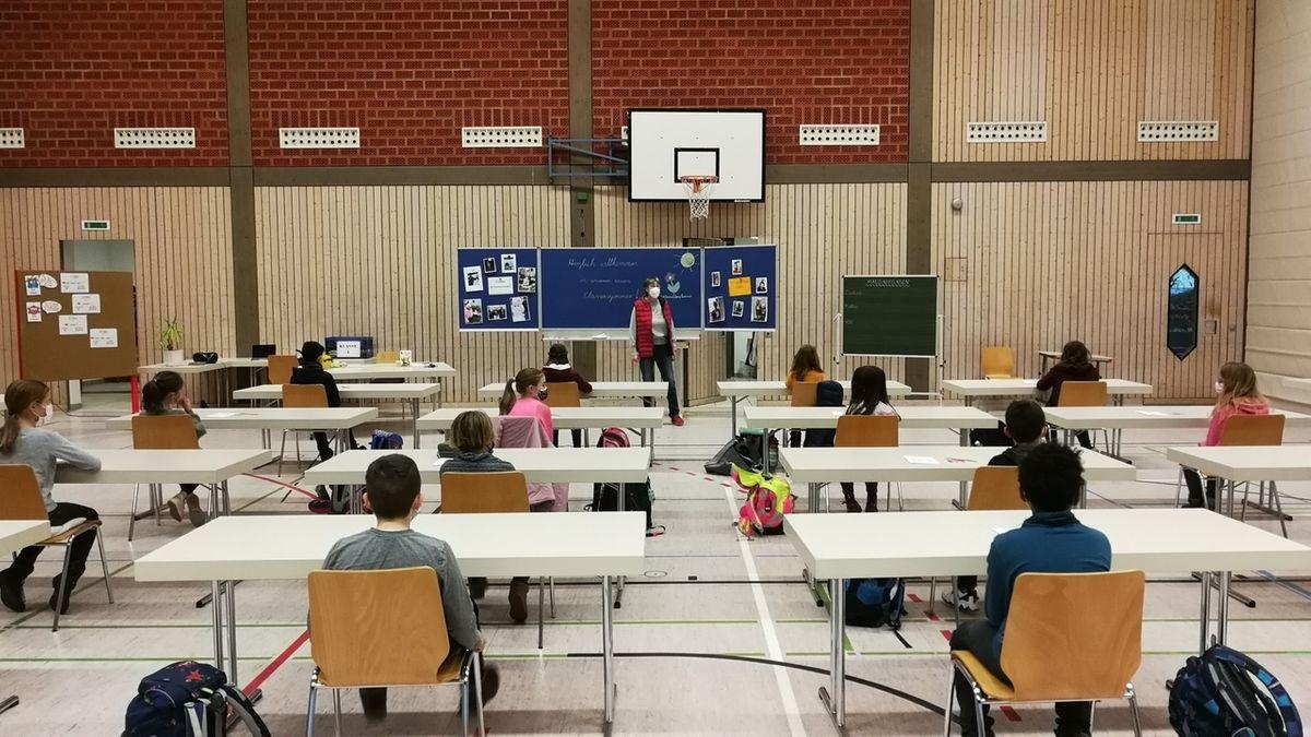 Grundschulunterricht in Turnhalle