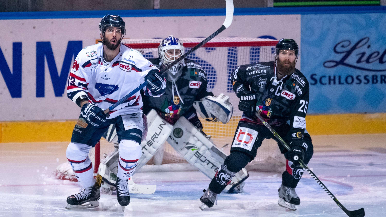 Beim Eishockey DEL2 Spiel zwischen dem EHC Freiburg und dem Deggendorfer SC in der Franz-Siegel-Halle in Freiburg
