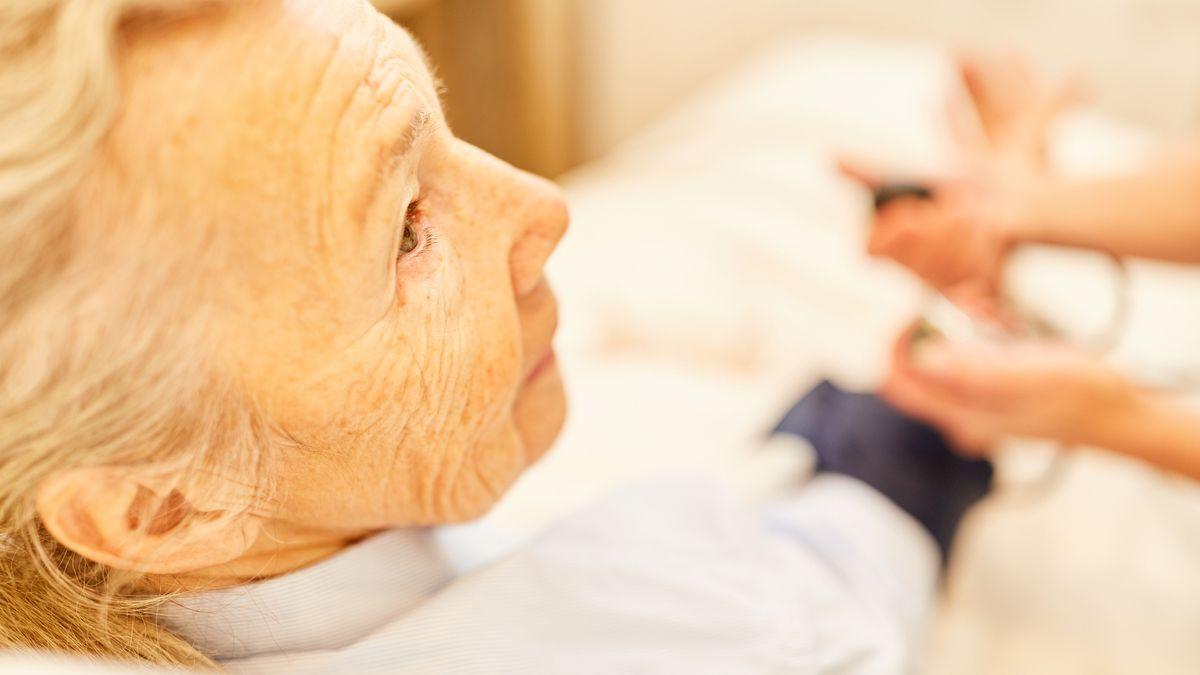 Blutdruckmessung in der Krankenpflege im Pflegeheim (Symbolbild)