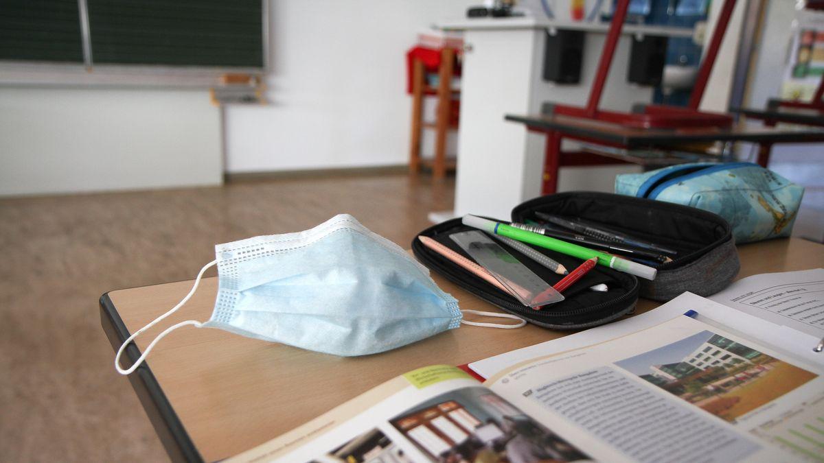 Maske auf Schultisch
