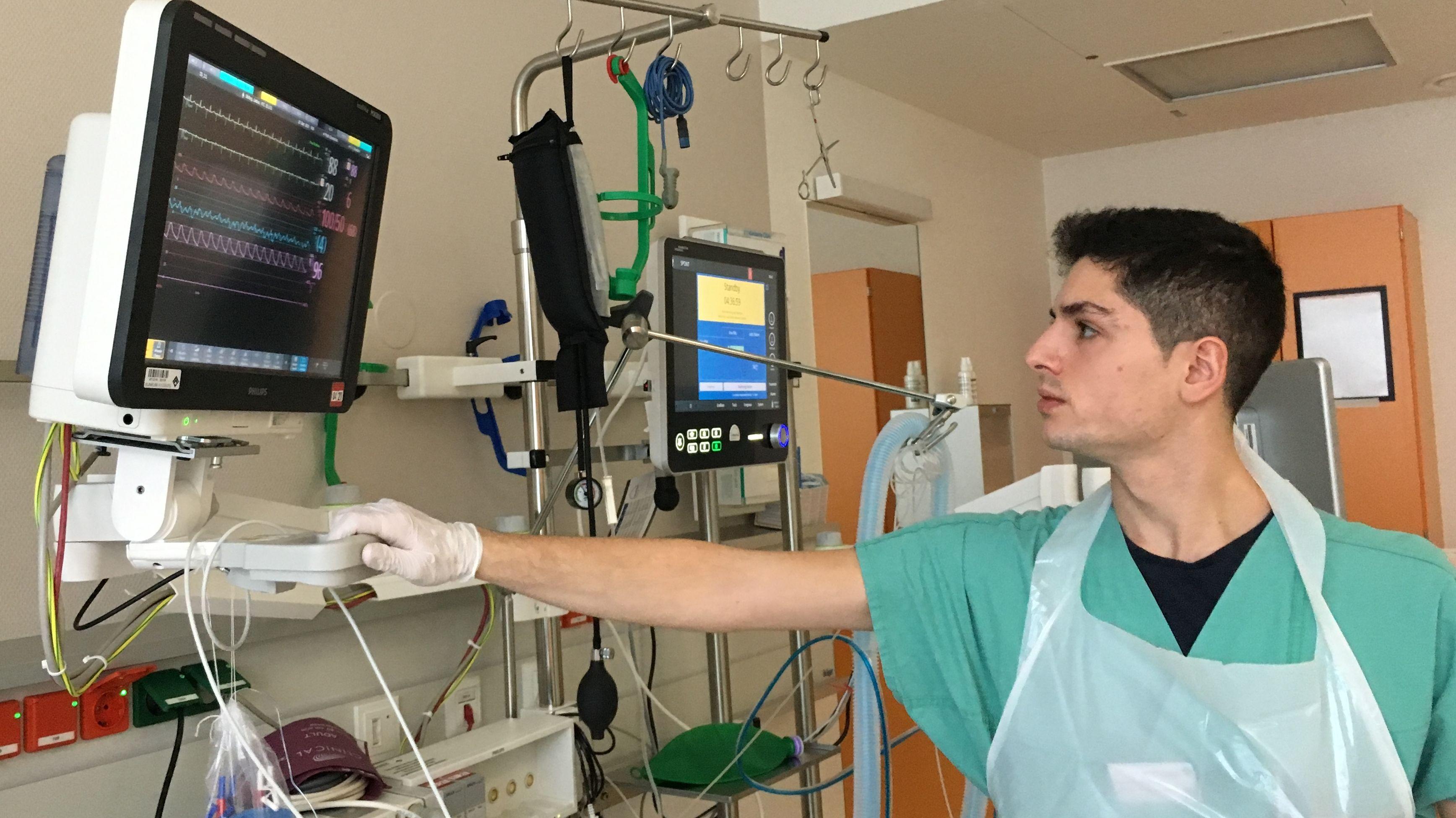 Alberto Gallifuoco, der erste italienische Pfleger am Uniklinikum Augsburg, schaut auf einen Überwachungsmonitor.