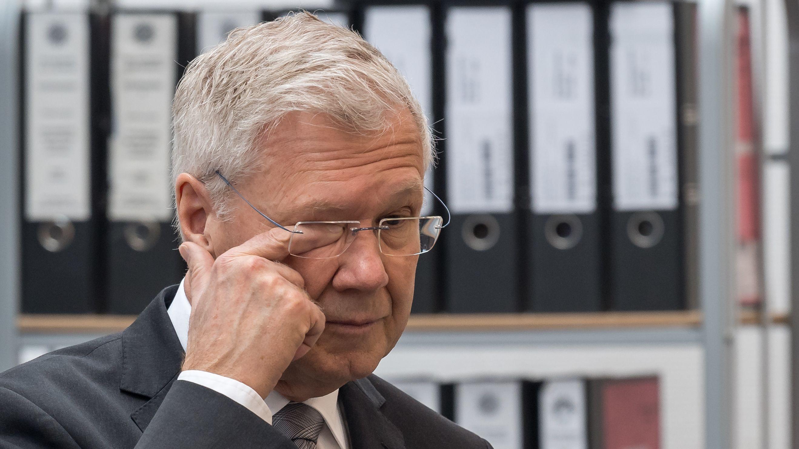 Ex-OB Alfred Lehmann fasst sich ans rechte Auge