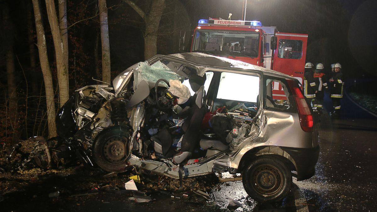 Auto Um Den Baum Gewickelt 20 Jahrige Stirbt Bei Unfall Br24