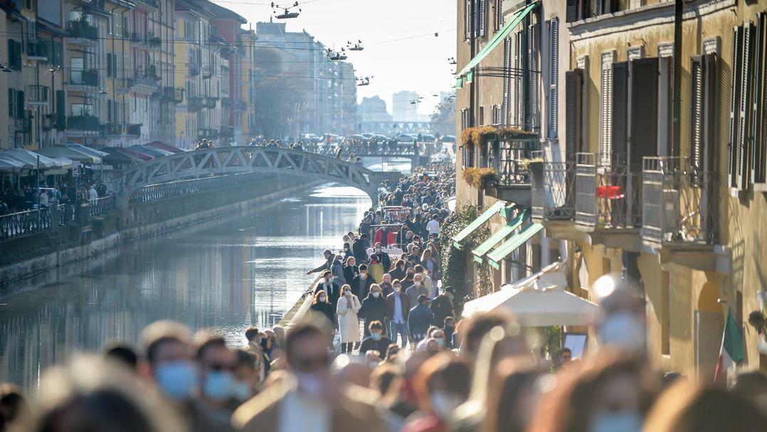 Mailand: Menschen gehen bei schönem Wetter dicht gedrängt an einem der Kanäle in der Mailänder Innenstadt entlang.