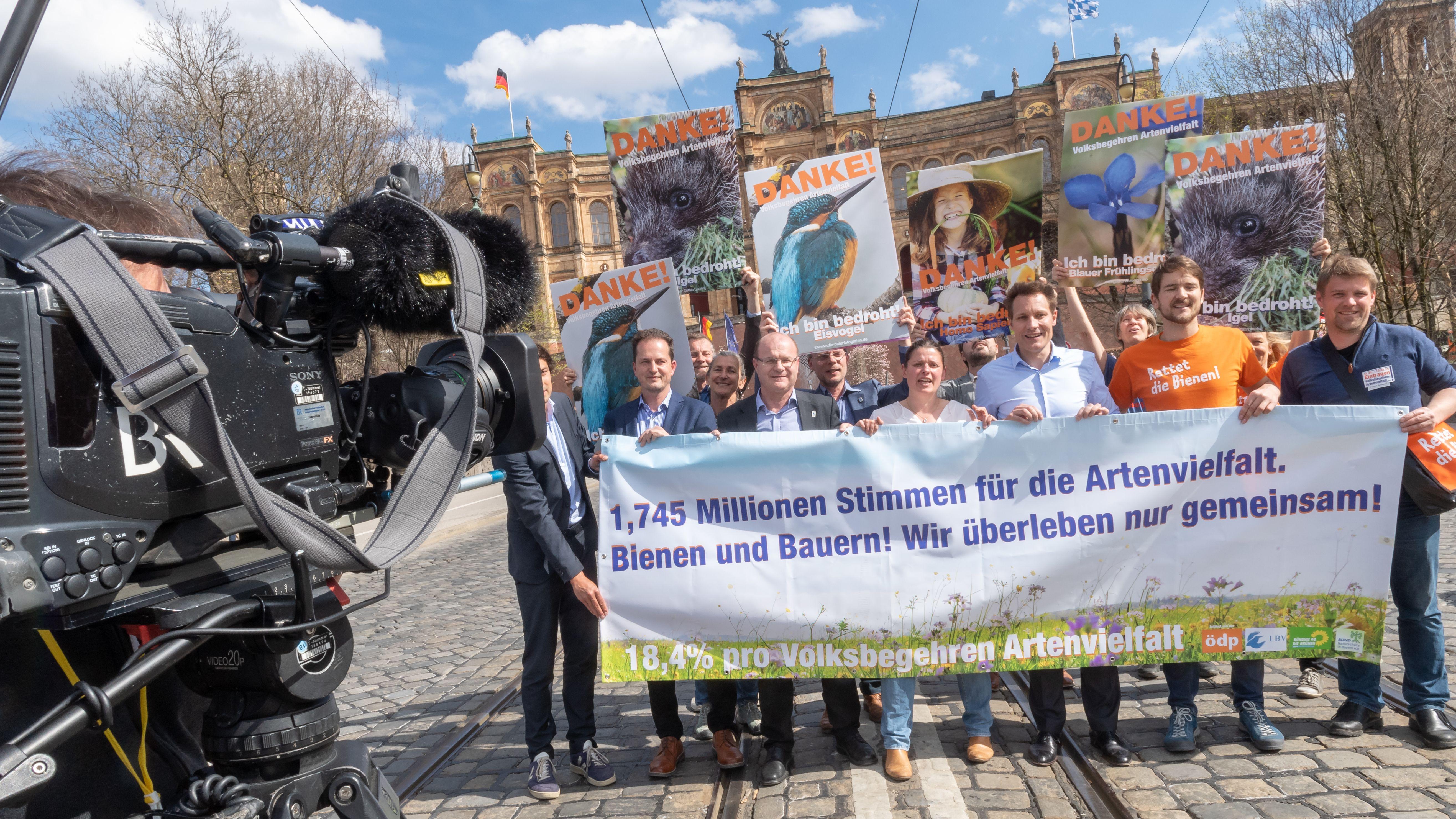 Die Initiatoren vor dem Landtag