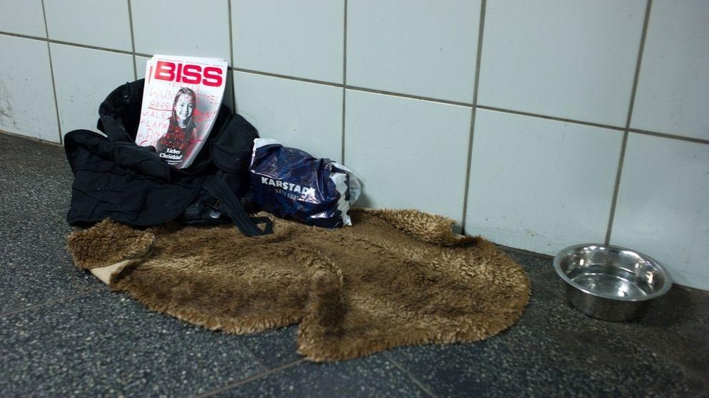 """Der """"Verkaufsstand"""" eines Mitarbeiters der Münchner Obdachlosenzeitung """"BISS"""""""