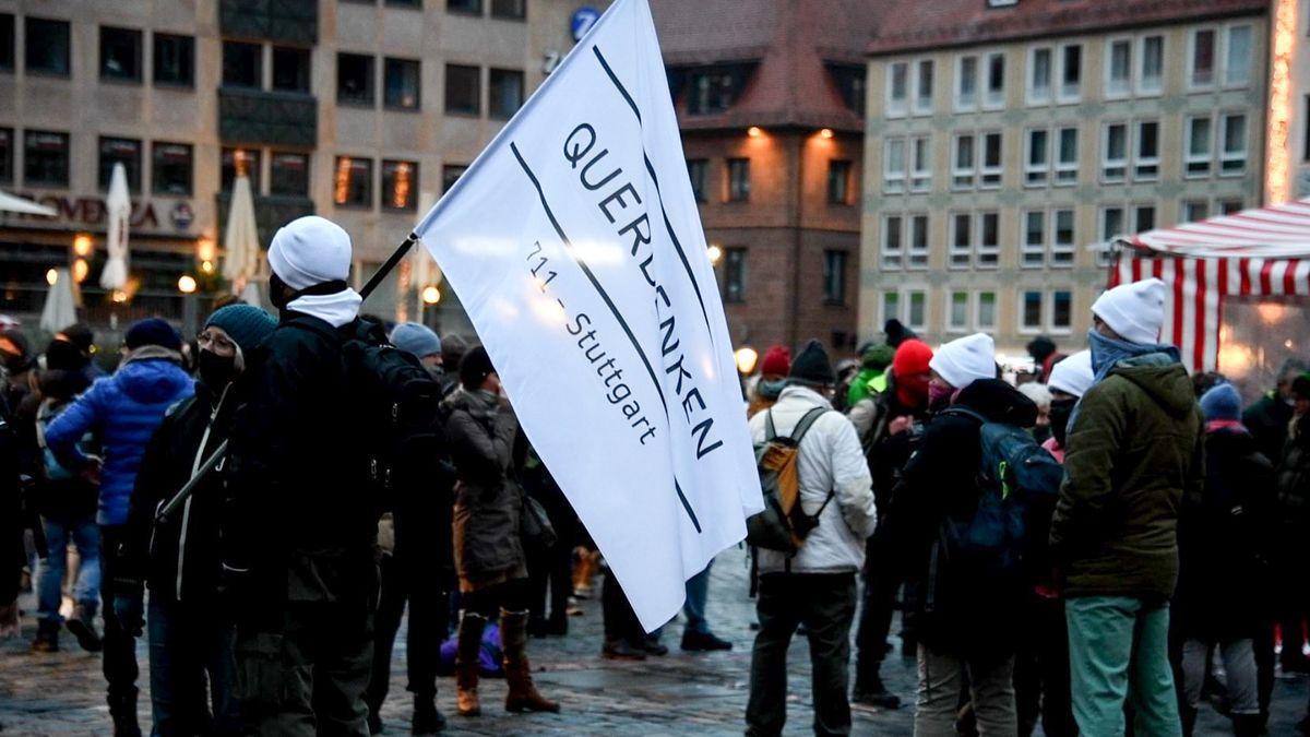 """""""Querdenken""""-Anhänger am vergangenen Sonntag bei der Kundgebung in Nürnberg"""