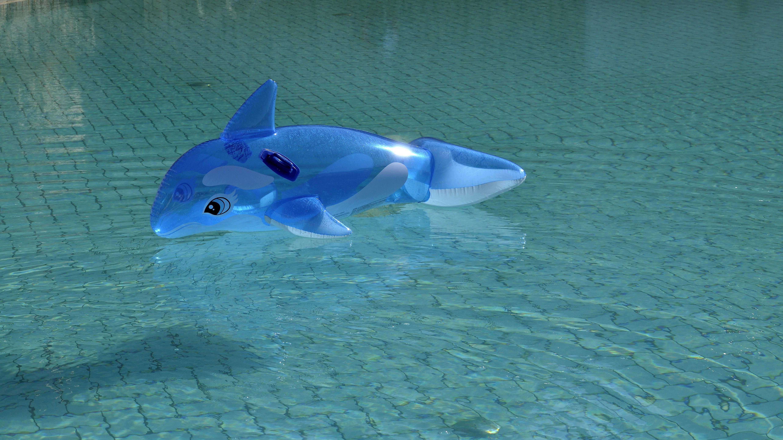 Blauer aufblasbarer Delfin im Wasser