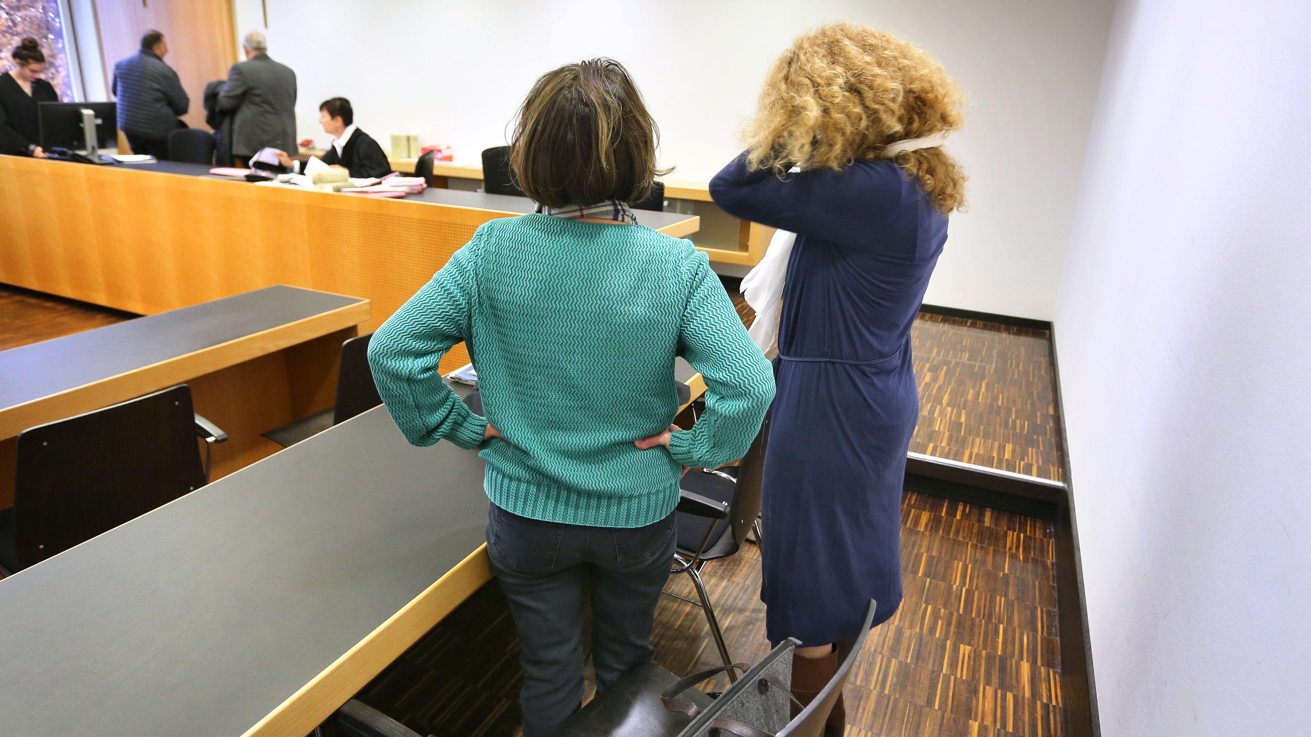 Eine Frau steht mit ihrer Anwältin Daniela Rose im Strafjustizzentrum in Augsburg (Archivbild, Prozessauftakt)