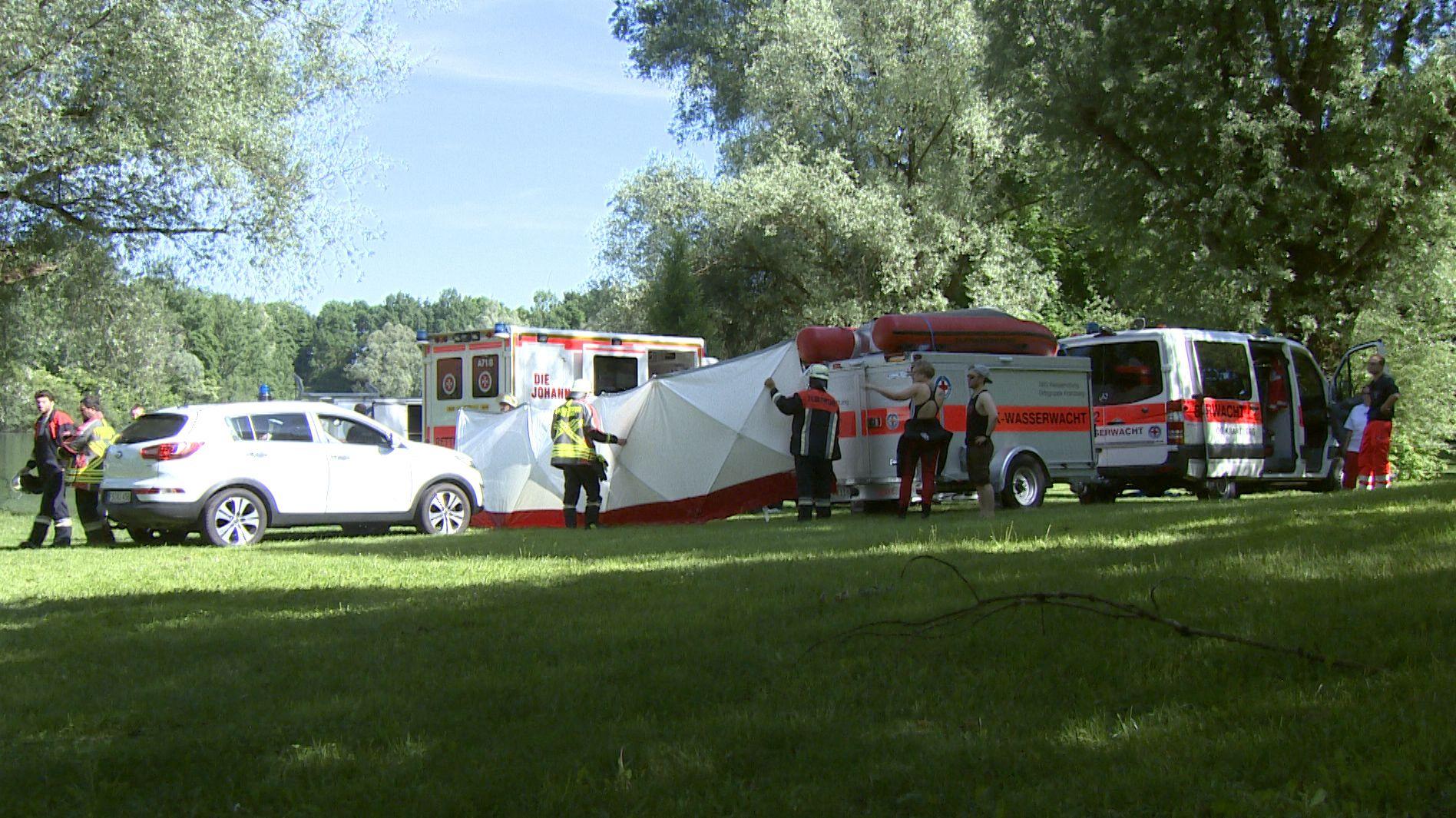 Krankenwagen und Einsatzkräfte am Unfallort.