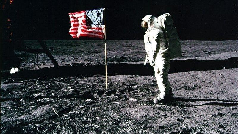 """Apollo 11-Astronaut Edwin """"Buzz"""" Aldrin steht neben der US-Flagge auf dem Mond."""