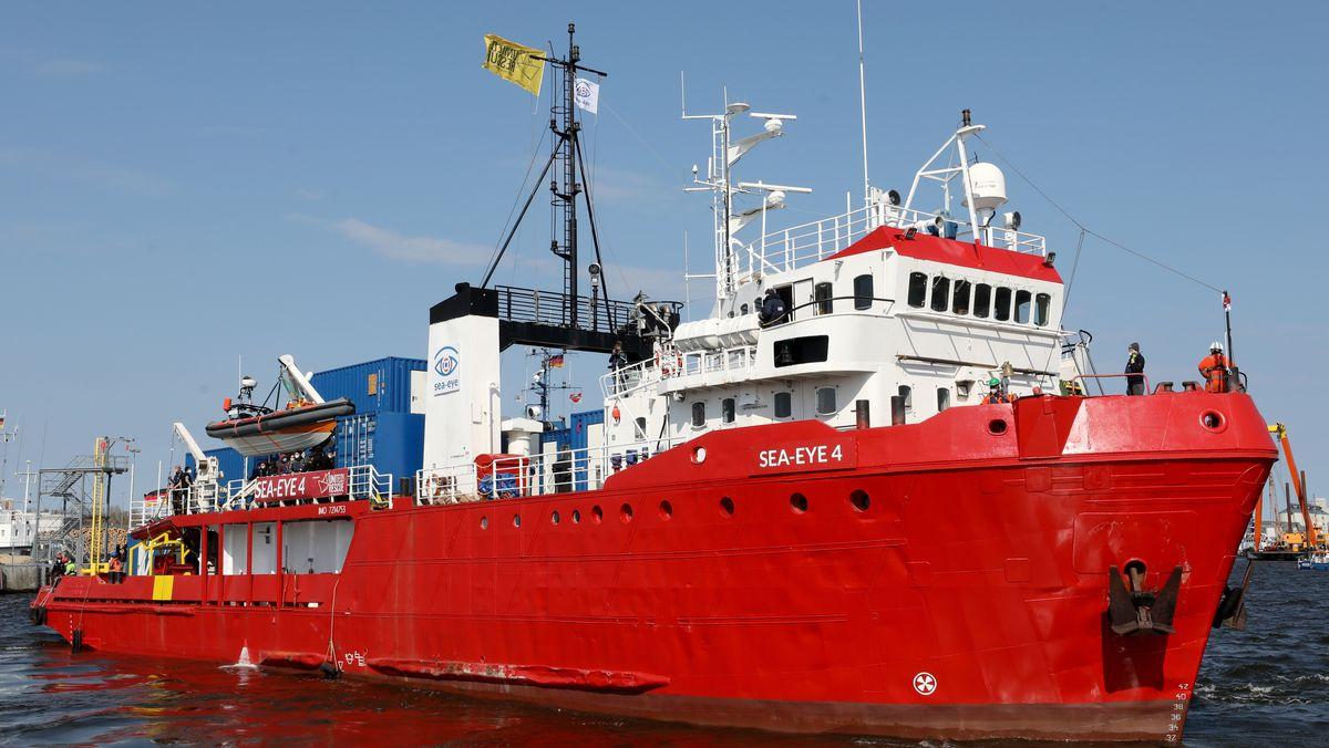"""Das Seenotrettungsschiff """"Sea-Eye 4"""" legt am 17.4.21 im Fischereihafen ab, um in Richtung Mittelmeer zu fahren."""