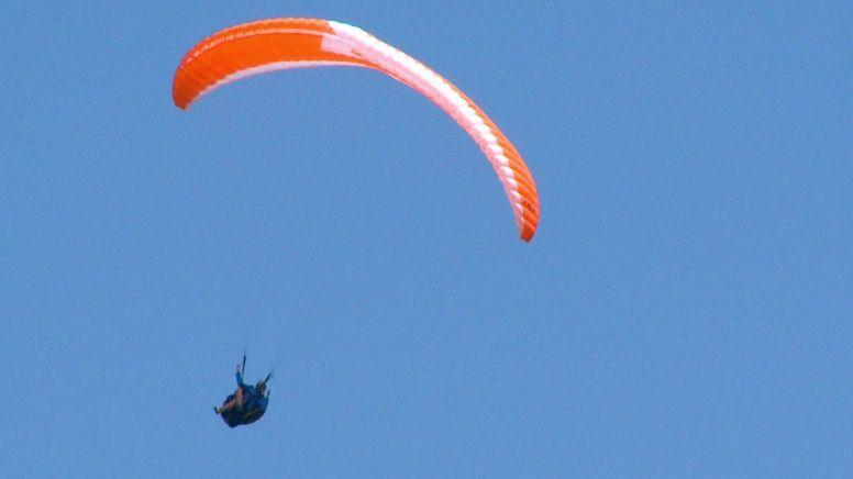 Paraglider vor Wolkenhimmel (Symbolbild) | Bild:BR