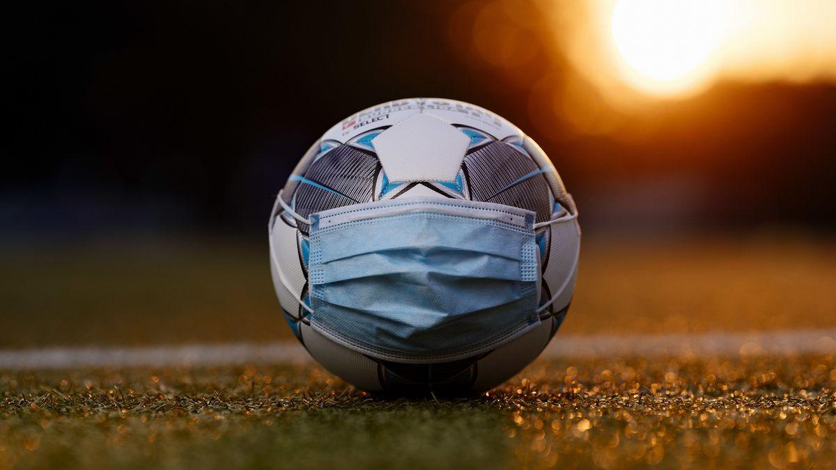 Fußball  mit Mundschutz