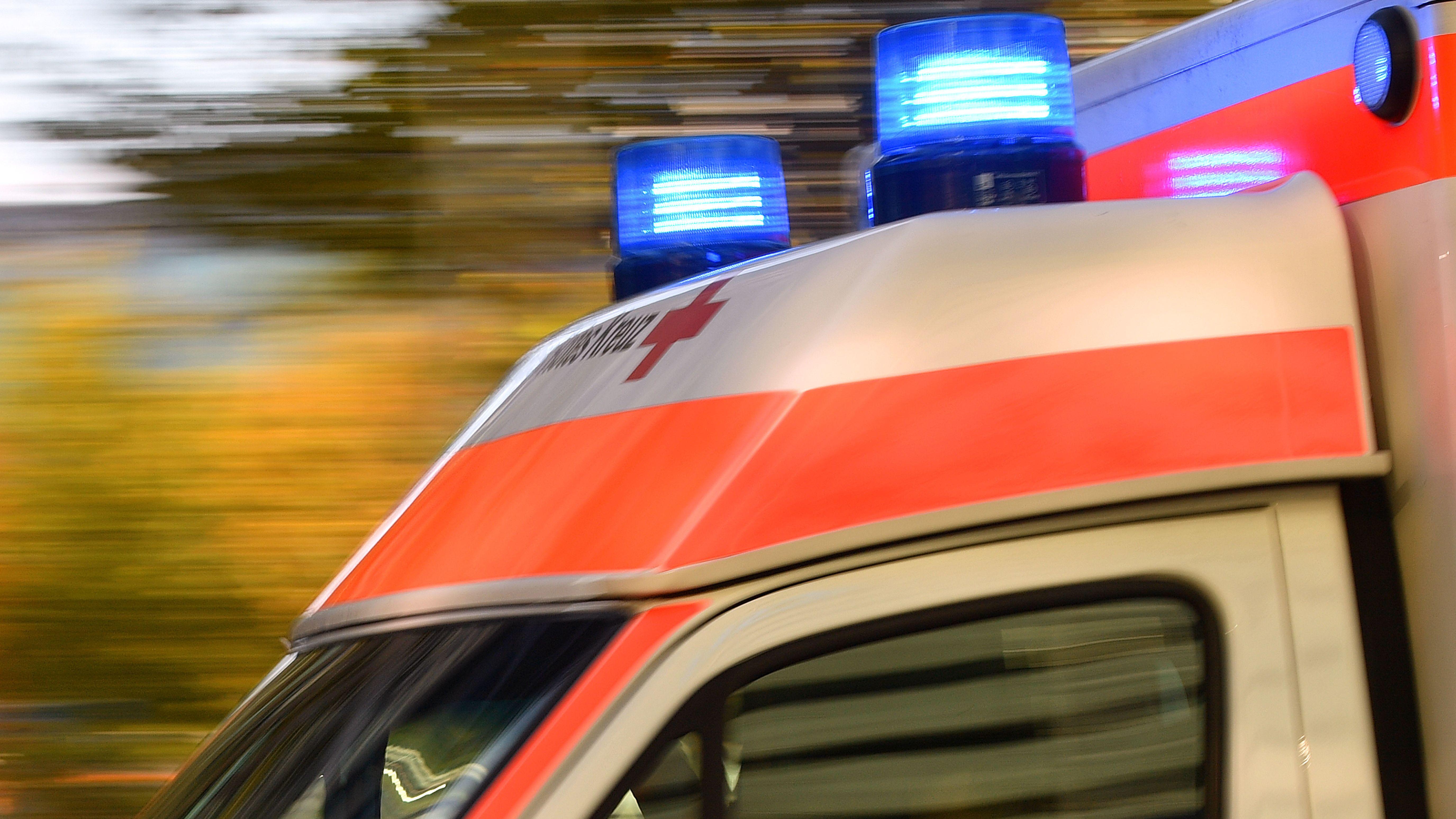 Rettungswagen auf Einsatzfahrt (Symbolbild)