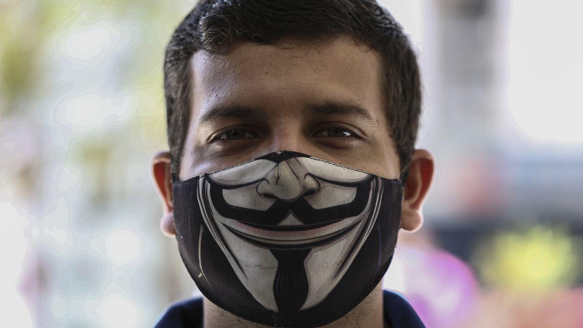 Venezuela, Caracas: Ein Mann trägt einen Mundschutz