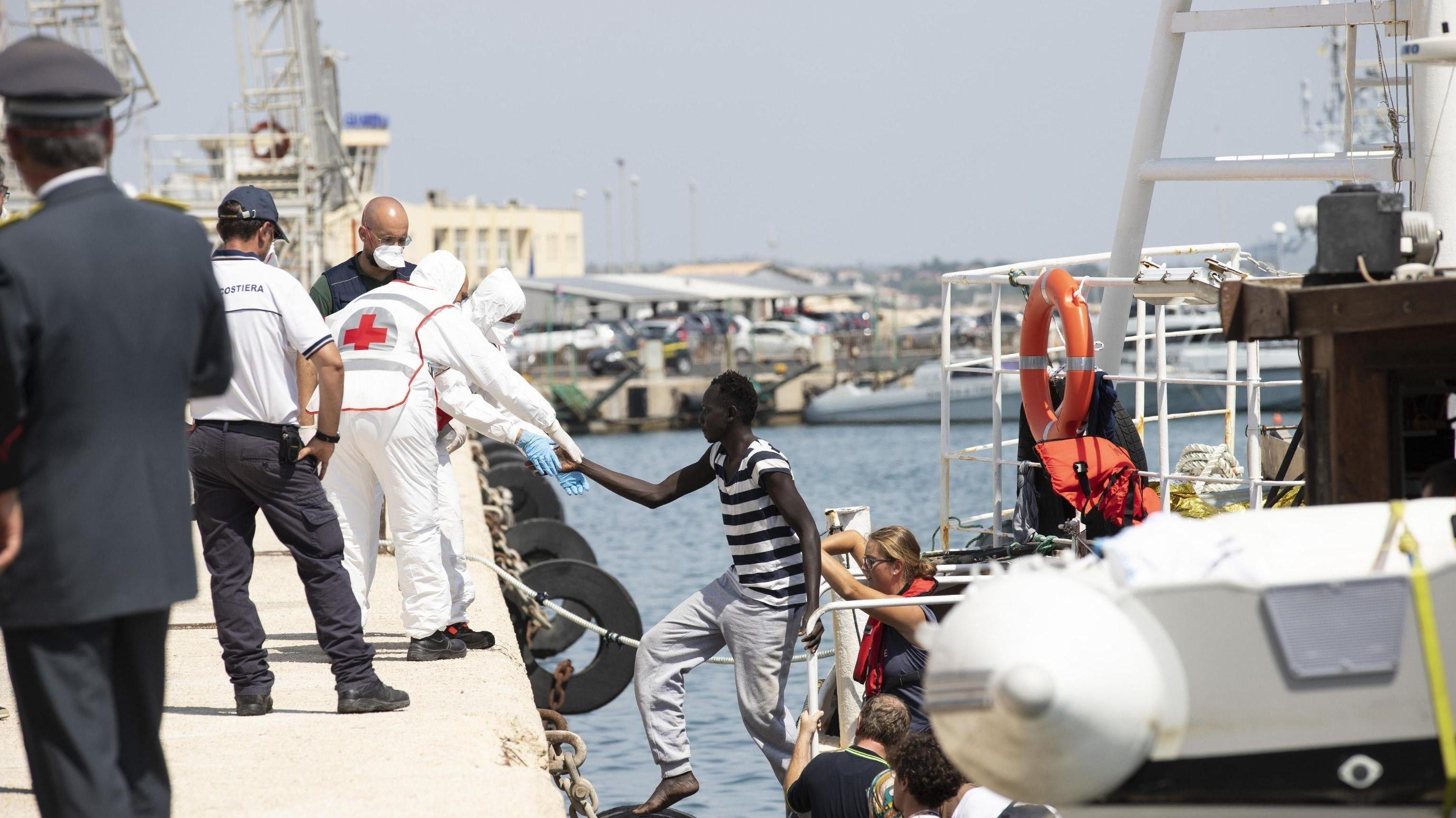 Migranten verlassen im Hafen von Pozzallo, Sizilien, das deutsche Rettungsschiff Eleonore