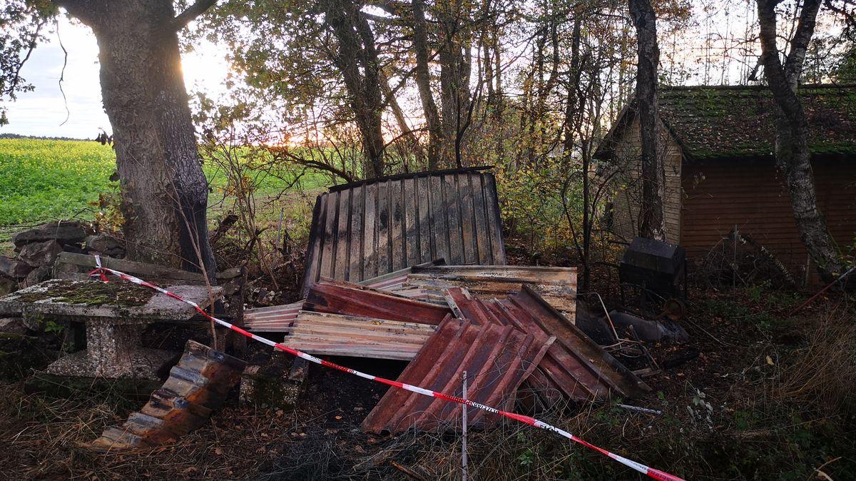 Das abgebrannte Gartenhaus, in dem die Leiche gefunden wurde.