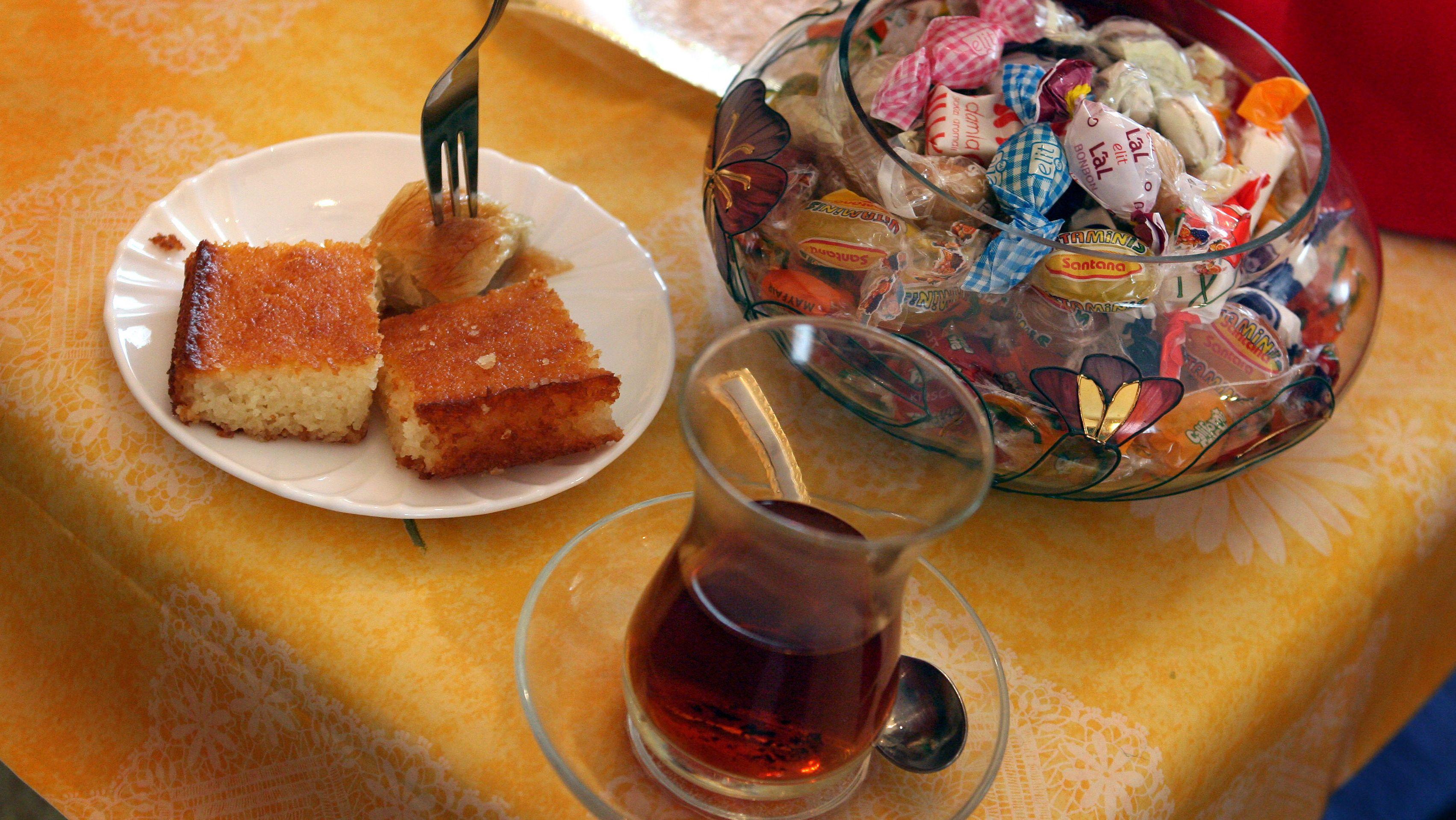 Mit Tee und Süßigkeiten wird, neben vielen weiteren Spezialitäten, das Zuckerfest gefeiert.