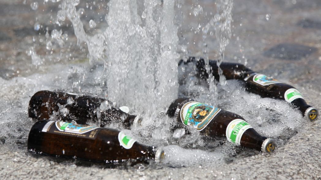 Bierflaschen werden in einer Wasserfontäne im Brunnen am Sendlinger Tor in München gekühlt.