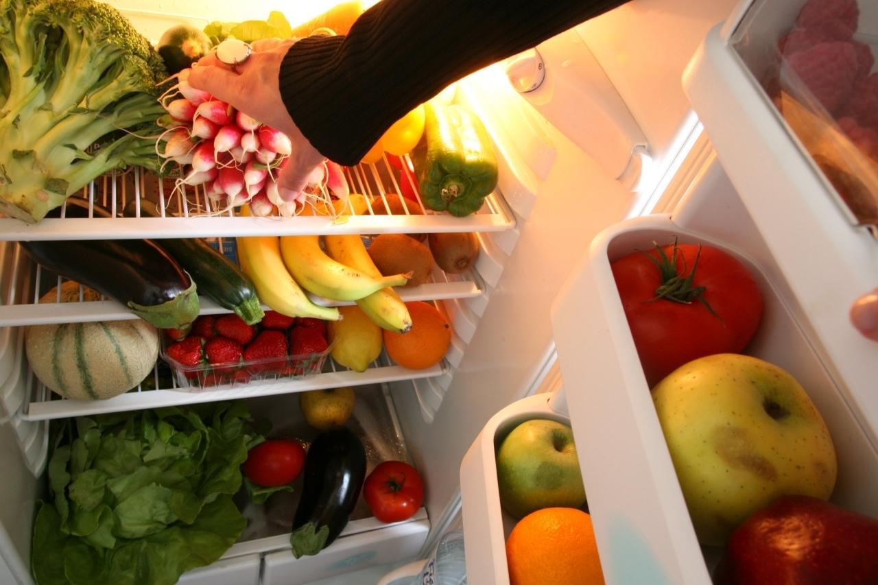 Geöffneter Kühlschrank mit Lebensmitteln