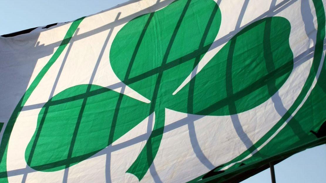 Fan-Fahne mit Kleblatt der SpVgg Greuther Fürth