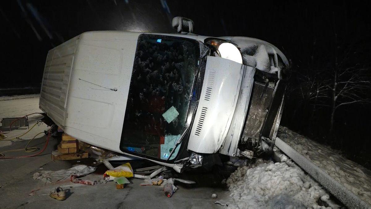 Der demolierte Transporter ist während dem Unfall seitlich umgekippt.