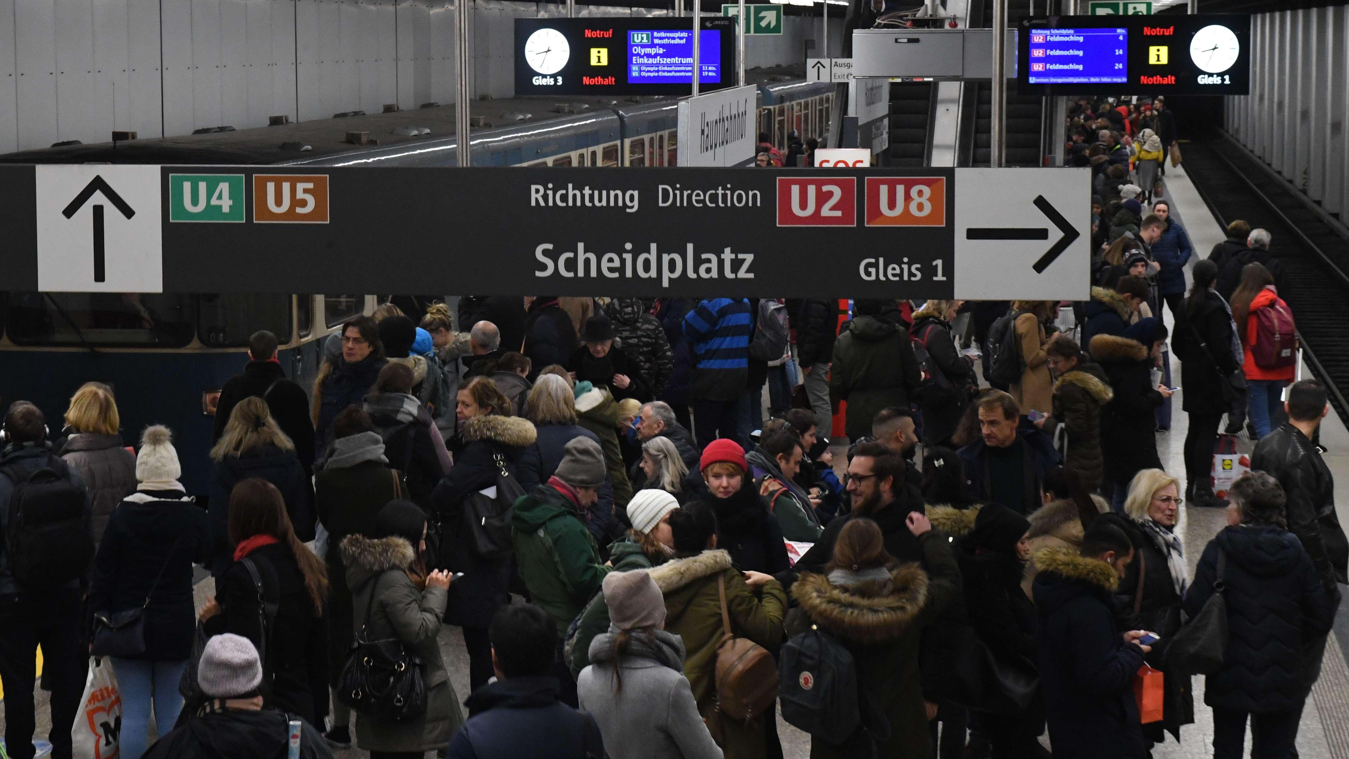 Der Bahnsteig des U-Bahnhofs Hauptbahnhof der Linien U1 und U2 ist mit vielen Fahrgästen überfüllt.