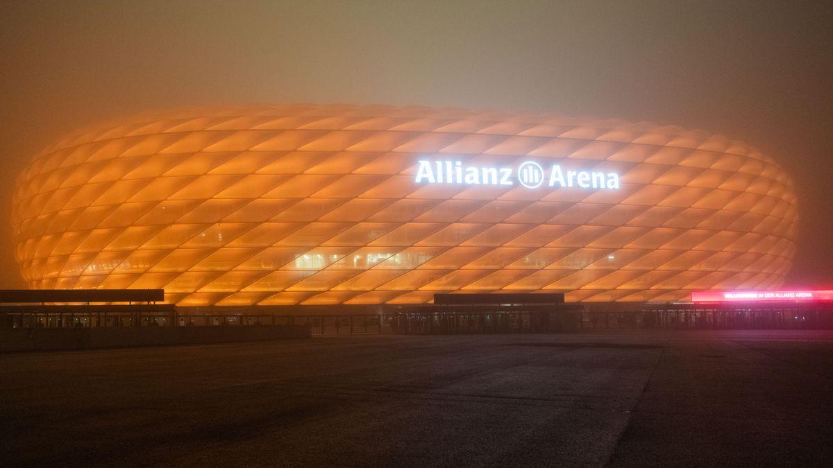 """Archivbild: Die Allianz Arena ist im Rahmen der Kampagne """"Orange the World"""" orange beleuchtet."""
