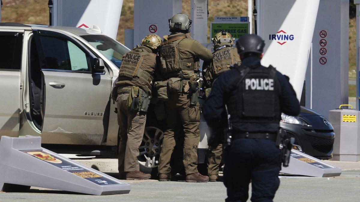 Kanadische Polizisten an einer Tankstelle in Enfield, Nova Scotia, 19.4.2020
