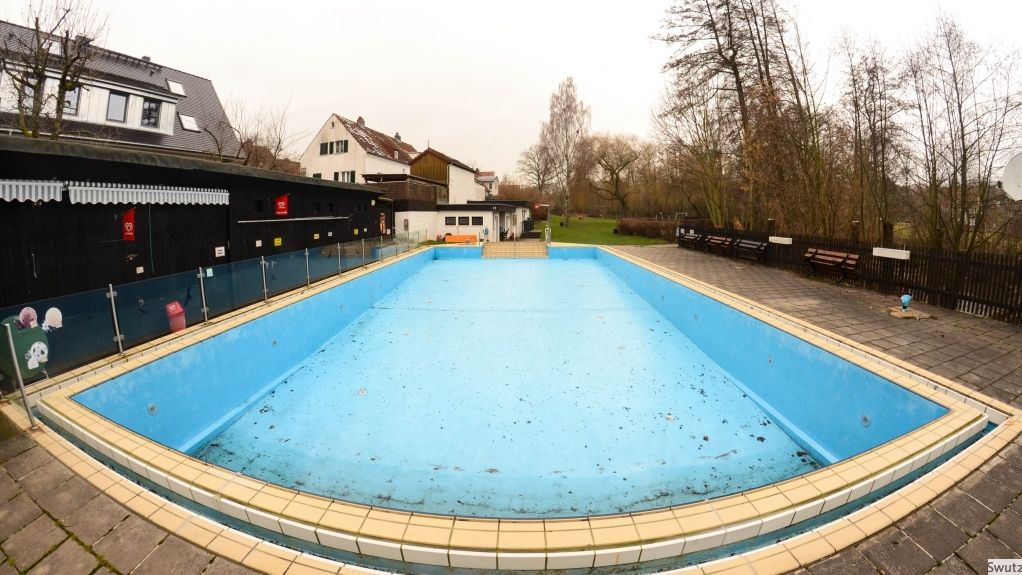 Ein leeres Schwimmbecken im Winter.