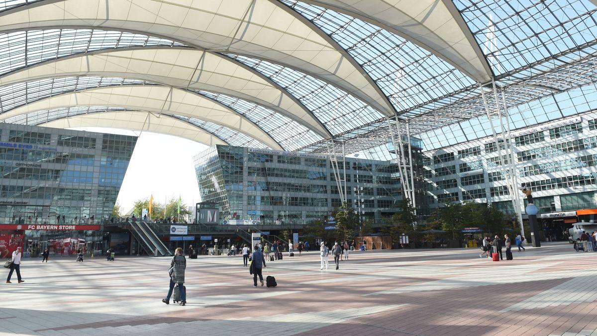 Plaza des Münchner Flughafens zwischen Terminal 1 und 2