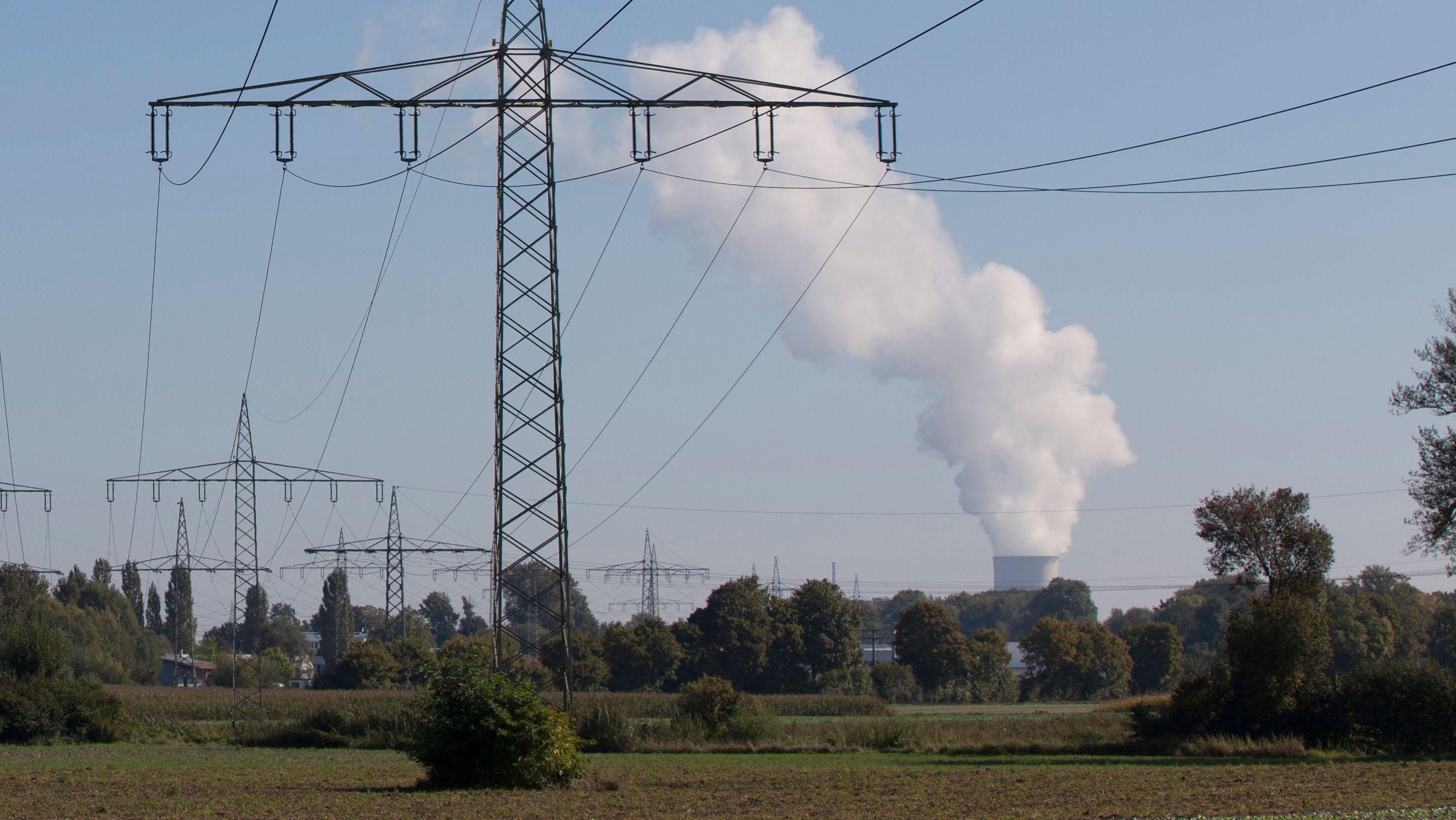 Stromtrasse und Dampf des Atomkraftwerkes Isar 2