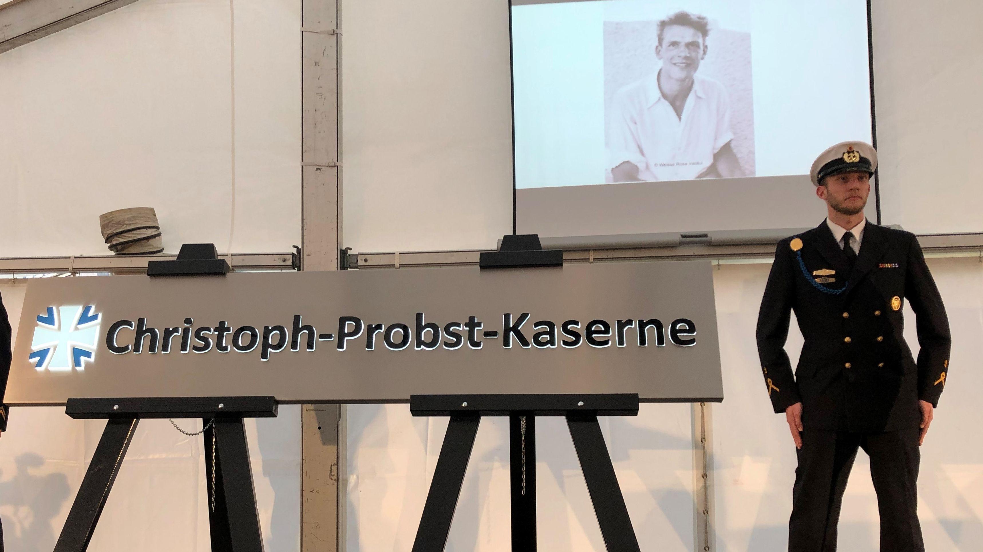 Der neue Schriftzug an der Kaserne in Garching bei München: Nun benannt nach dem Widerstandskämpfer Christoph Probst