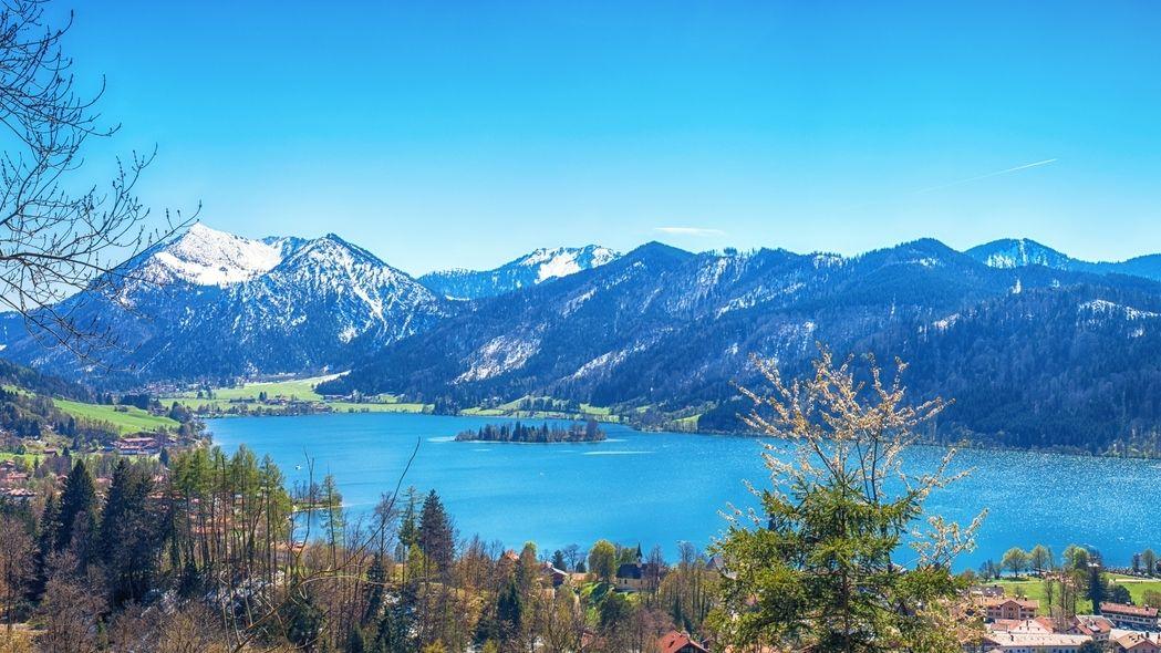 Schliersee umgeben von Bergen