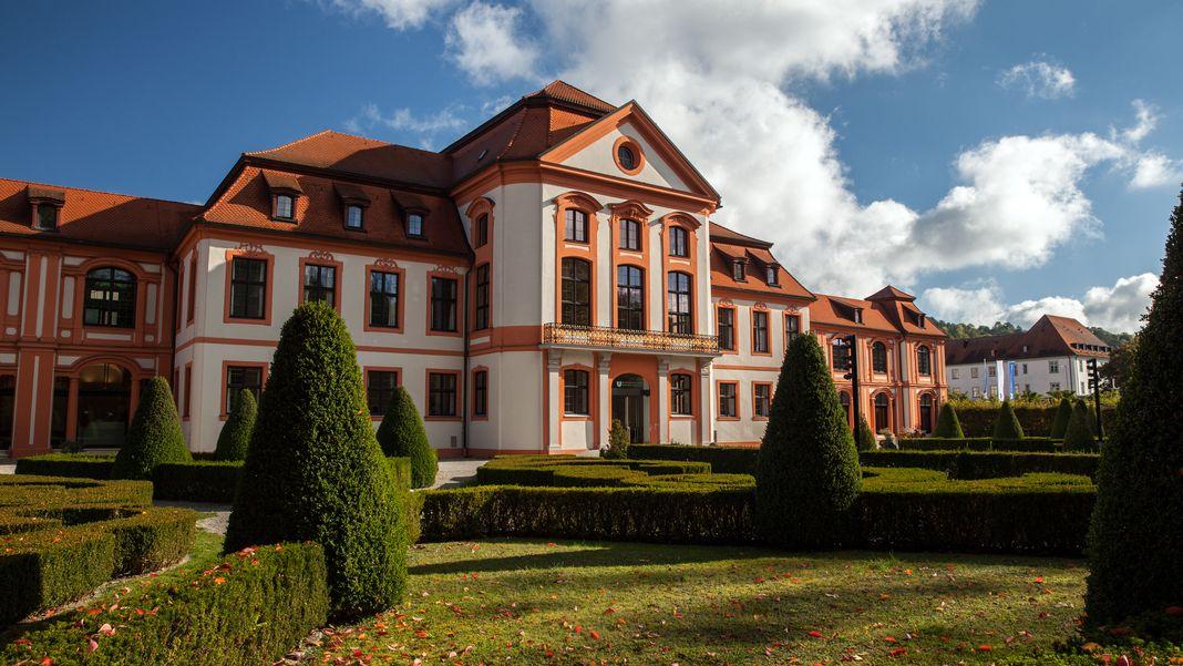 Das Universitätsgebäude, mit Blick von der Parkanlage.