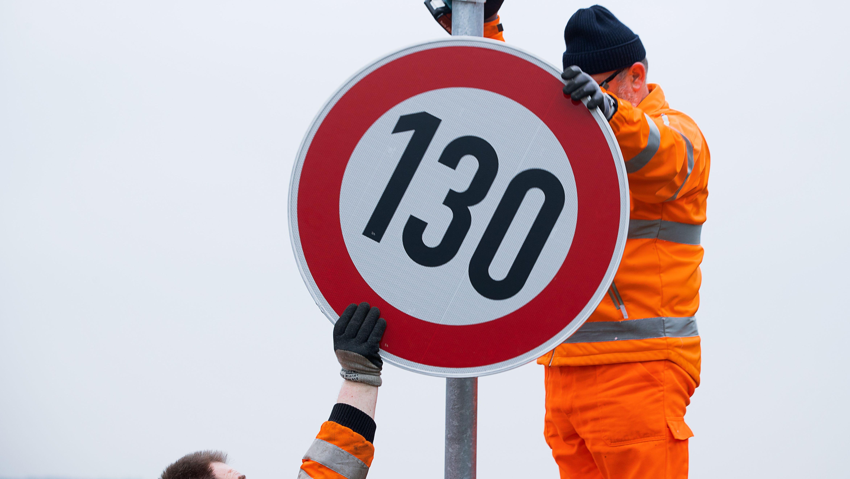 Tempolimit auf der Autobahn: Ein Schild weist auf Beschränkung von 130 km/h hin