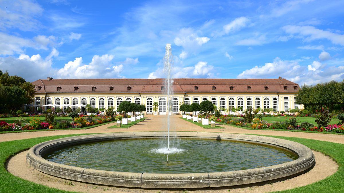 Die barocke Orangerie in Ansbach mit Springbrunnen davor.