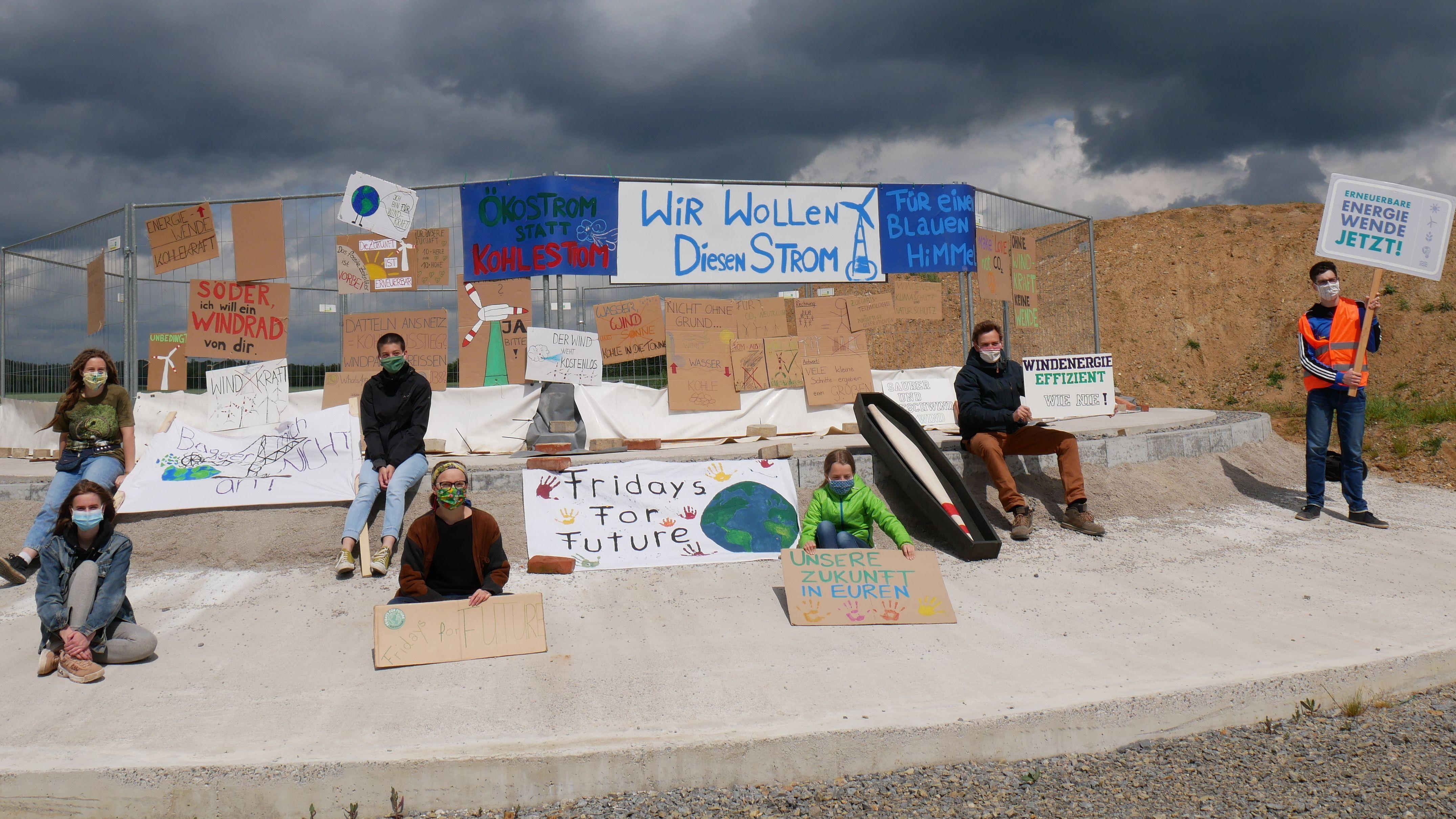 Aktivisten von Fridays for Future am geplanten Windpark bei Wülfershausen