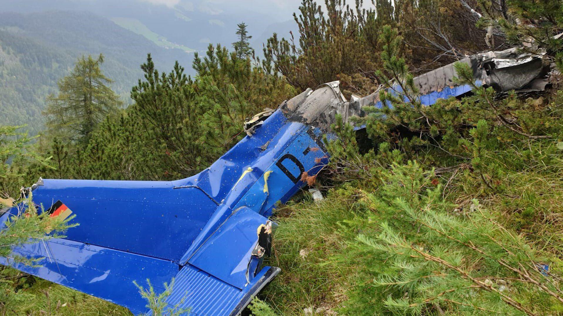 Polizei veröffentlicht erstes Foto des bei Schneizlreuth im Berchtesgadener Land abgestürzten Kleinflugzeugs.