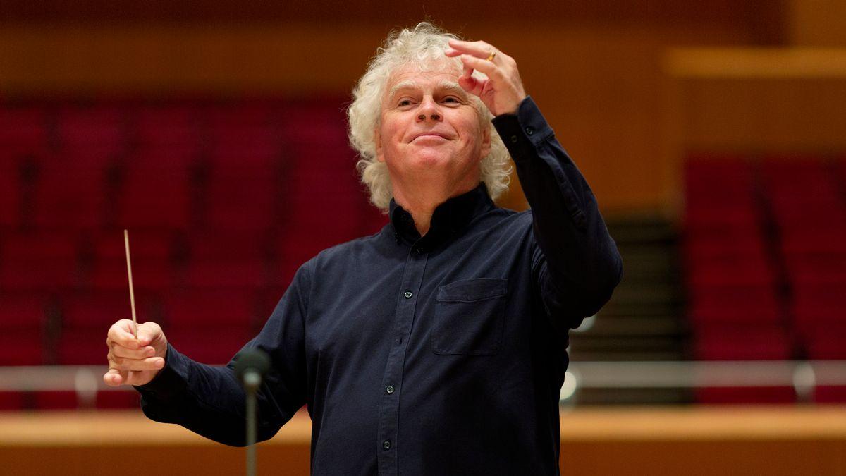 Simon Rattle dirigiert das Symphonieorchester des BR bei einer Probe im Gasteig im Juli 2020.