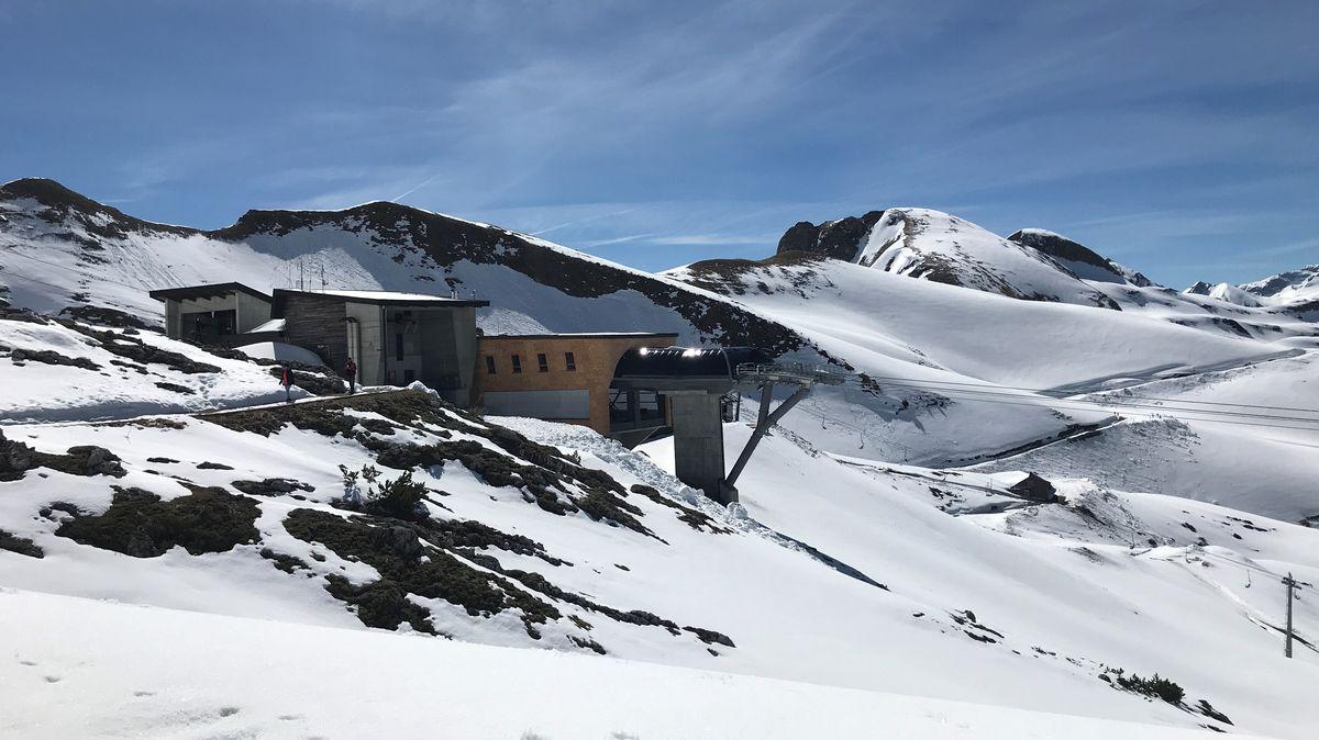 Die Bergstation Höfatsblick auf 1.932 Meter Höhe ist noch recht schneereich.