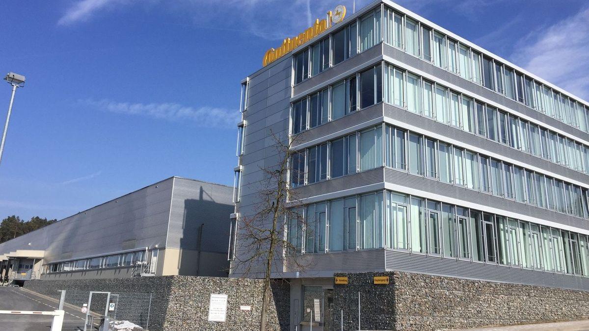 540 Mitarbeiter sind betroffen von der geplanten Schließung des Conti-Werks in Roding. Der Aufsichtsrat hat nun ein Alternativkonzept des Betriebsrats diskutiert - eine neue Entscheidung gab es aber nicht.